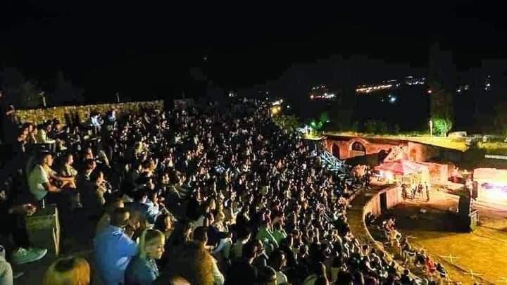 (Видео) Без маски и без дистанца: На концертот на Петар Грашо во Битола не се почитуваа мерките