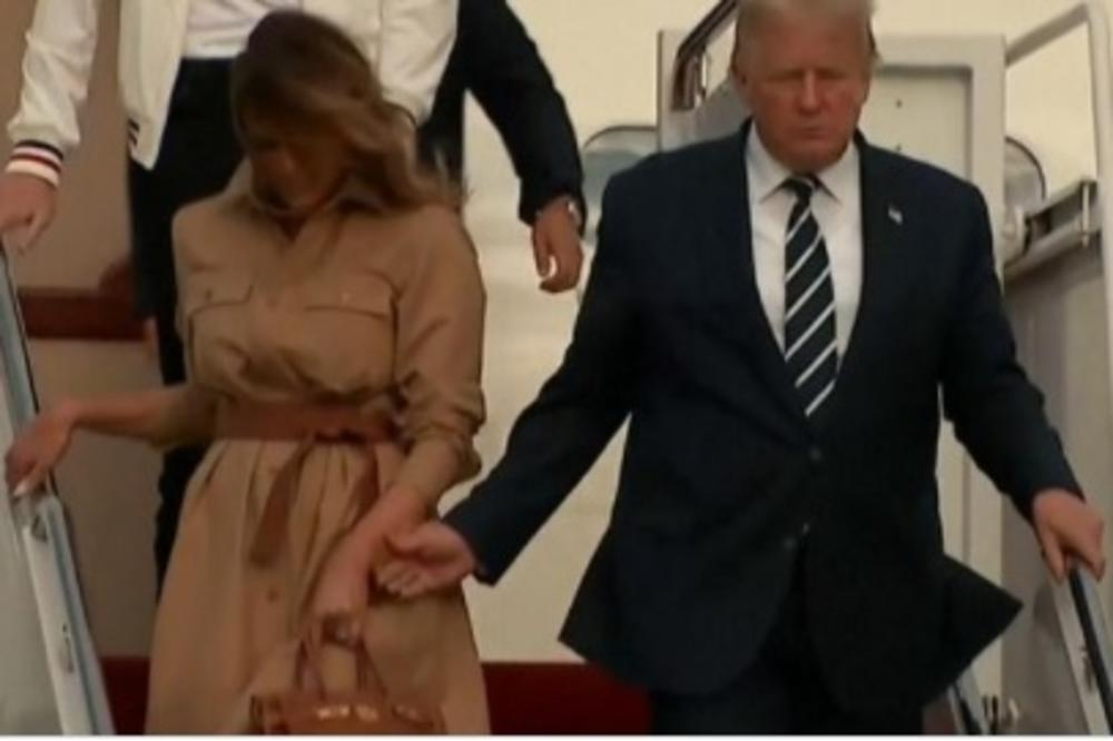 (Видео) Меланија е бесна на Трамп, тој упорно се обидува да ја фати за рака, таа не му дава