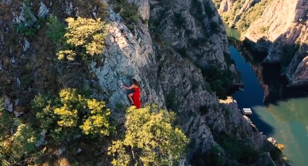 (Видео) Млада планинарка во фустан и без опрема го искачи Кањонот Матка за да испрати порака