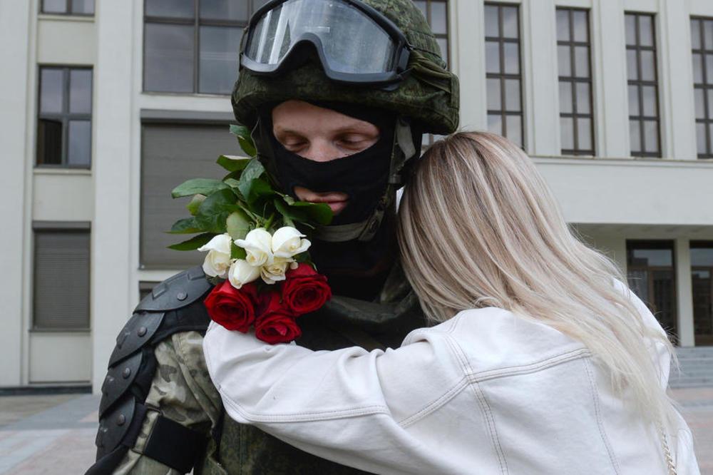 (Видео) Откако ги спуштија штитовите, демонстрантите ги прегрнаа полицајците во Белорусија