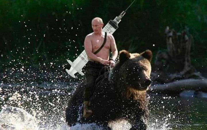 Гол Путин на мечка ја носи вакцината против короната