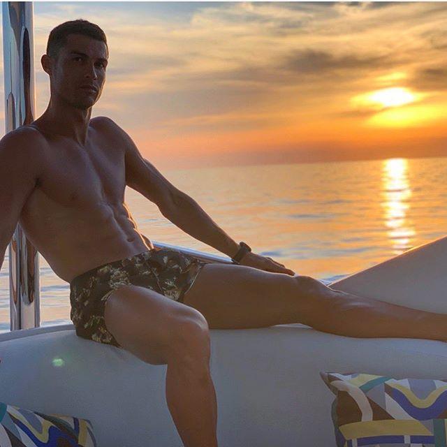 """Додека главна тема е """"распадот"""" на Меси и Барселона, Роналдо се забавува со нуркање"""