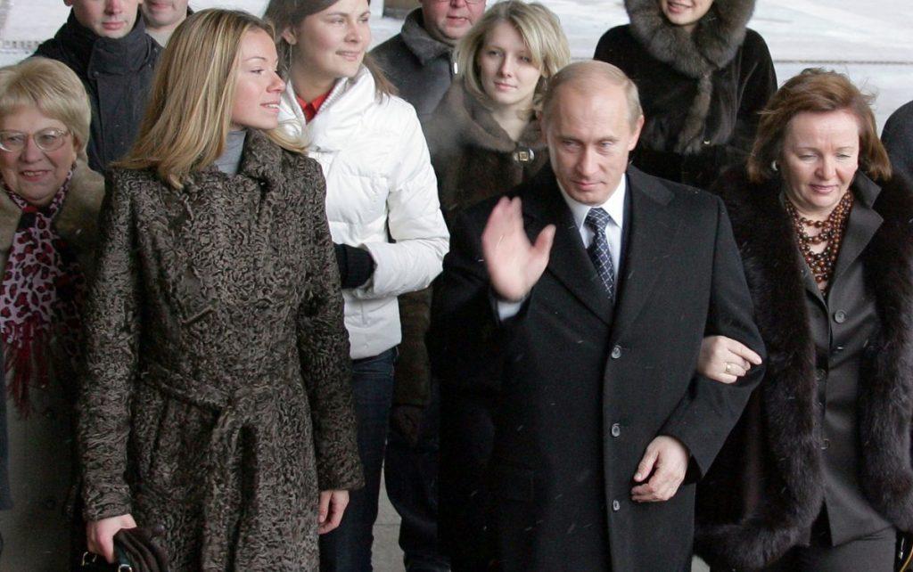 Една од ќерките на Путин ја примила вакцината против коронавирус