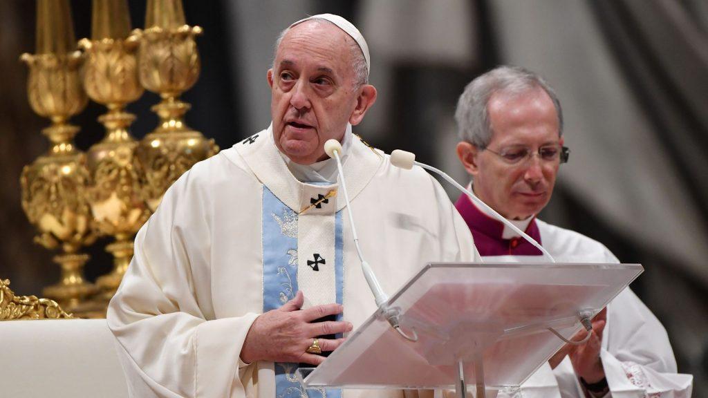 Папата Франциско: Жално е ако најбогатите имаат приоритет да ја добијат вакцината за корона