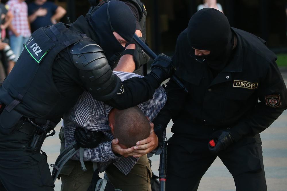 (Фото) Руски новинари уапсени во Белорусија, од Минск се сомневаат дека ги организирале нередите