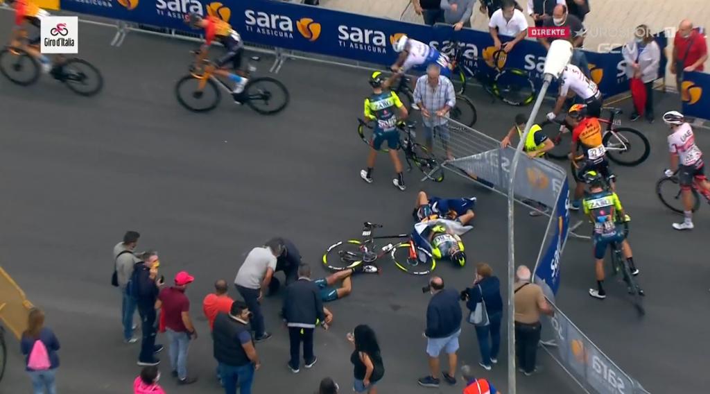 Џиро Д'Италија – хеликоптер турна ограда, повредени се велосипедисти