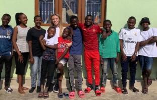 Британка посвои 14 деца од Африка за да ги спаси од глад
