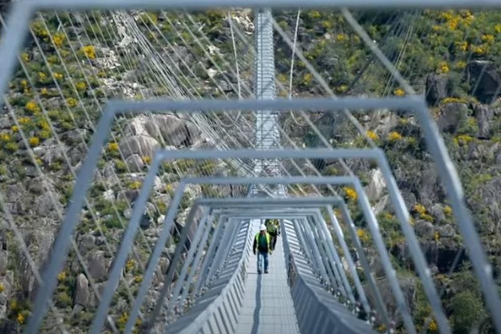 (Видео) Во Португалија се гради најдолгиот висечки пешачки мост во светот
