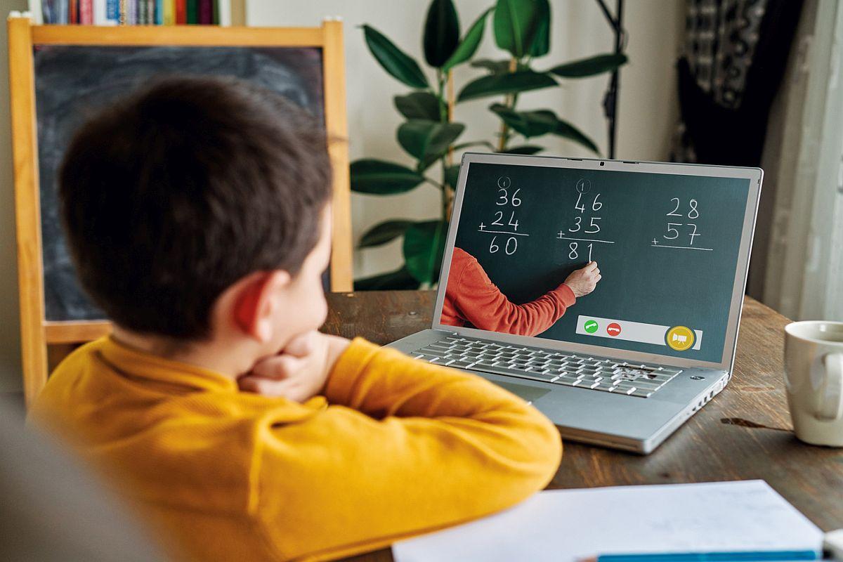 (Видео) Додека детето слуша онлајн настава, мајка му се прошета гола низ собата