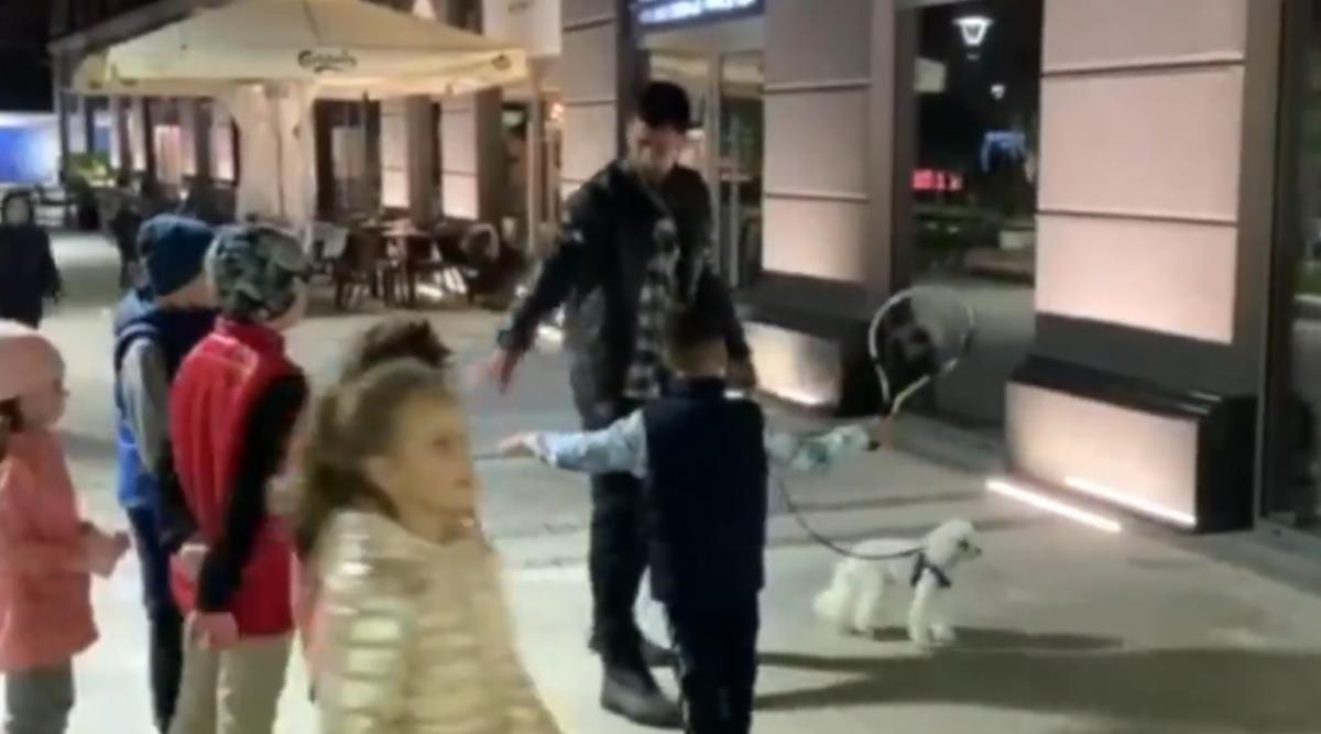 (Видео) Ноле им држи часови на децата во маало додека си го шета кучето