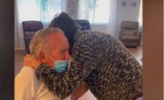 (Видео) По 60 години брак, осум месеци беа разделени поради короната: Емотивна средба по 215 дена