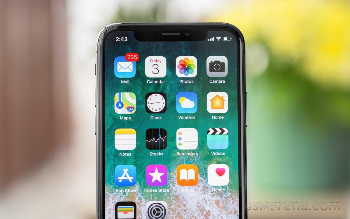 Засекот во дисплејот на iPhone ќе биде помал следната година