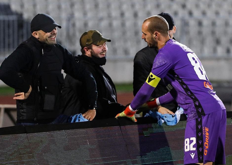 Маскирани во фото репортери навивачи на Партизан го следеле дербито