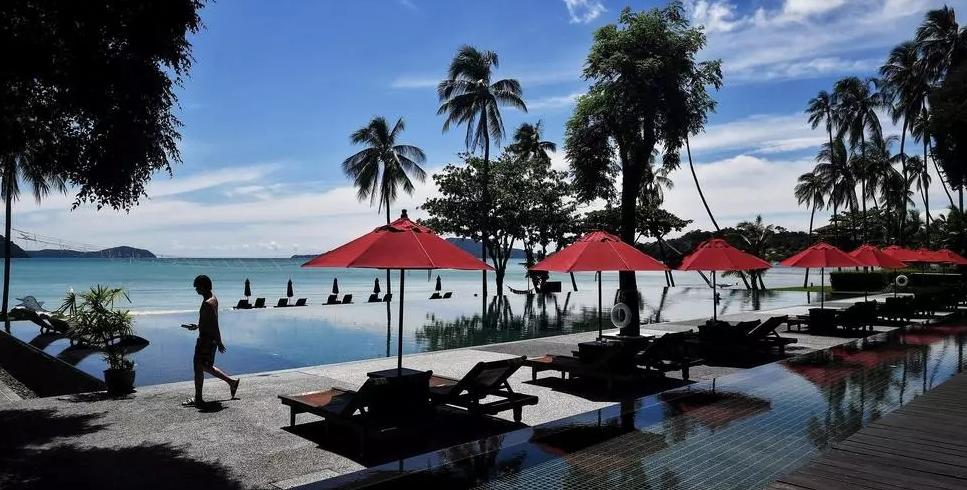 Пандемијата го претвори тајландскиот туристички рај Пукет во град на духови