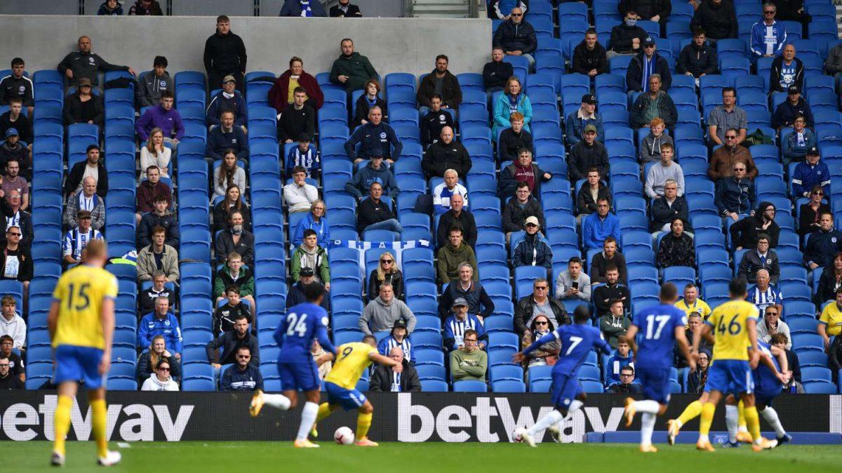 Премиер лигата бара да се вратат навивачите на трибините