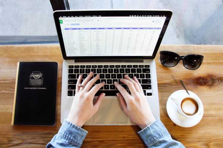 Што да направите ако истурите кафе на тастатурата на лаптопот?