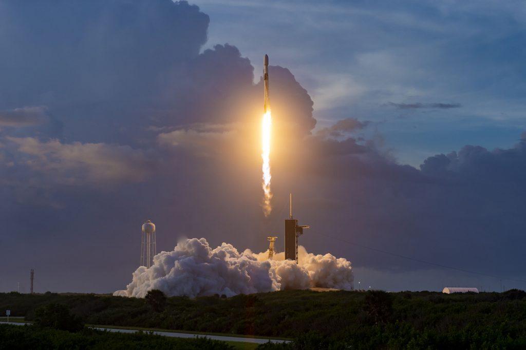 SpaceX лансираше сателити за да овозможи интернет од вселената (ВИДЕО)