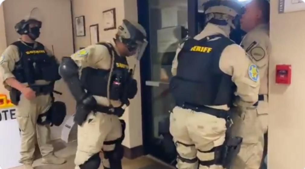 (Видео) Полицијата принудена ги чува луѓето кои ги бројат гласовите во САД