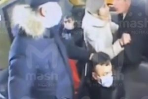 (Видео) Убиен патник во минибус во Русија, откако им рекол на брачна двојка да стават маски