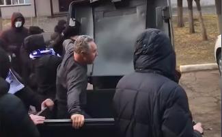 Директорот заврши во контејнер, хулигани го возе низ улиците