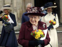 Кралицата потрошила 16.000 евра за божиќни подароци