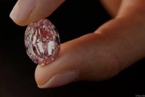 Редок розов дијамант продаден за над 22 милиони евра