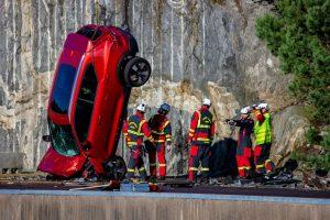 Volvo фрлил десет нови автомобили од висина од 30 метри, а еве и зошто (ВИДЕО)
