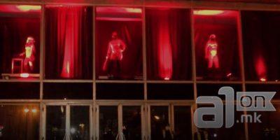 (Видео) Еротски танц под црвено светло: Девојките од излозите го запалија Скопје