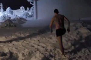 (Видео) Златан Ибрахимовиќ ги насмеа фановите, се прошета гол по снегот