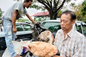 (Видео) Рибар нашол необичен камен и станал милионер