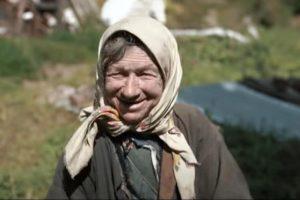 (Видео) Руски тајкун и изгради куќа на бабата која живеела сама во Сибир со децении