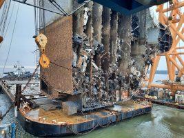 Импресивно: Почна сечењето на превртен брод со илјадници автомобили (ВИДЕО)