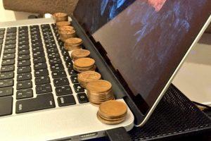 Одличен трик: Зошто е добро на лаптопот да ставите неколку монети?