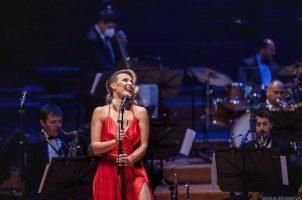 Со елеганција и доза сексапил, Сара Мејс имаше магична ноќ во Филхармонија