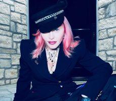 (Фото) Мадона првпат се истетовира на 62 години