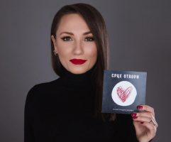 """""""Парите од продажбата на албумот се за болните од корона"""", пејачката Александра Јанева по теркот на светските ѕвезди"""