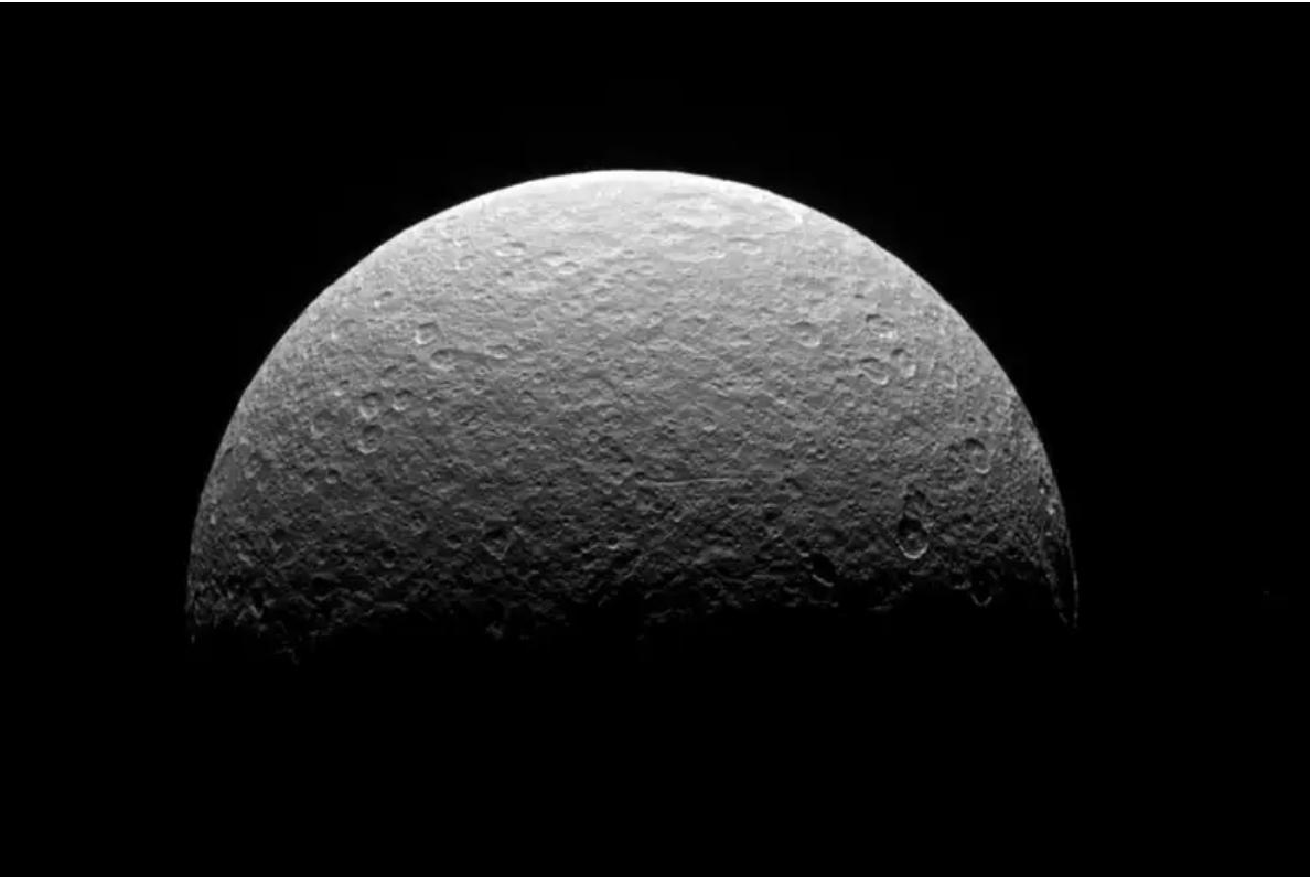 Астрономите ја решија мистеријата на Сатурновата месечина Реа