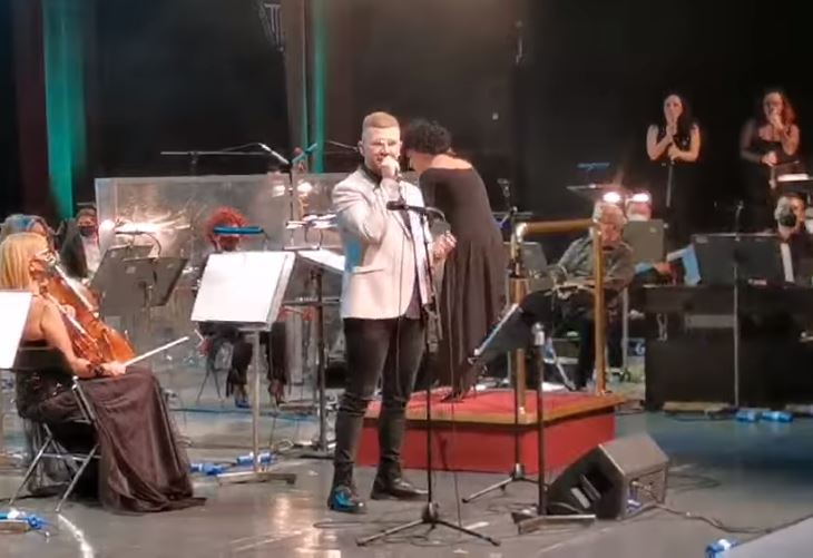 (Видео) Емоции на сцената за починатиот вујко: Огнен Здравковски запеја на Василичарскиот концерт