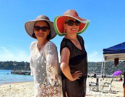 (Видео) Маријана и Тања од плажа во Австралија ѝ пееја на Росана: Бегајте таму, ме расплакавте