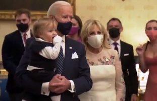 (Видео) Танцуваше со дедо му, внукот на Бајден го украде целото шоу