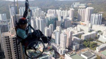 Кинез се искачи на облакодер со инвалидска количка за да собере пари за парализирани лица