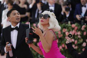 Лејди Гага ќе ја пее химната на инаугурацијата на Бајден, Џеј Ло ќе одржи концерт
