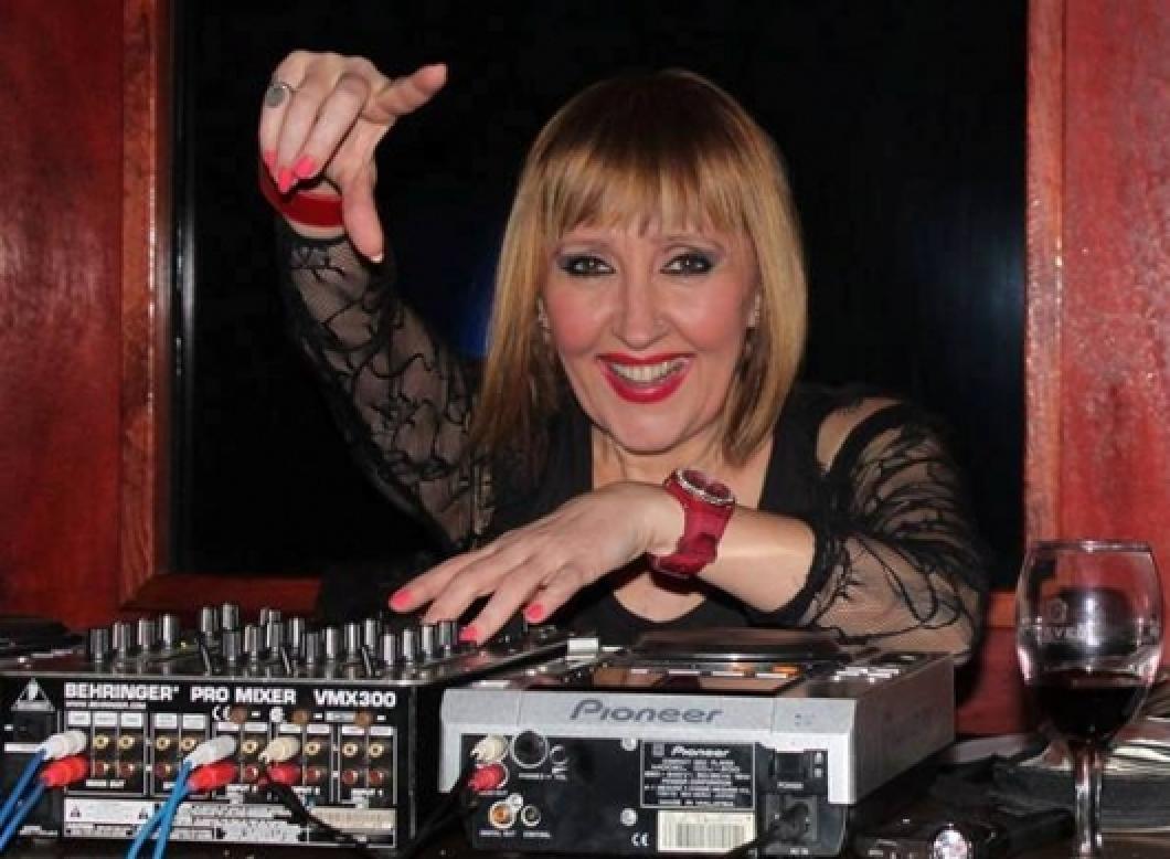 """(Фото) """"Идемо заједно као на матурско вече"""", Вера Јанковиќ со журка дома за 57. роденден"""