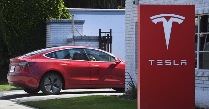 Tesla треба да повлече 158.000 автомобили поради дефект