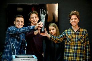 Тинејџери од Скопје развија 3Д испринтана бионичка рака 30 пати поевтина од претходно направените