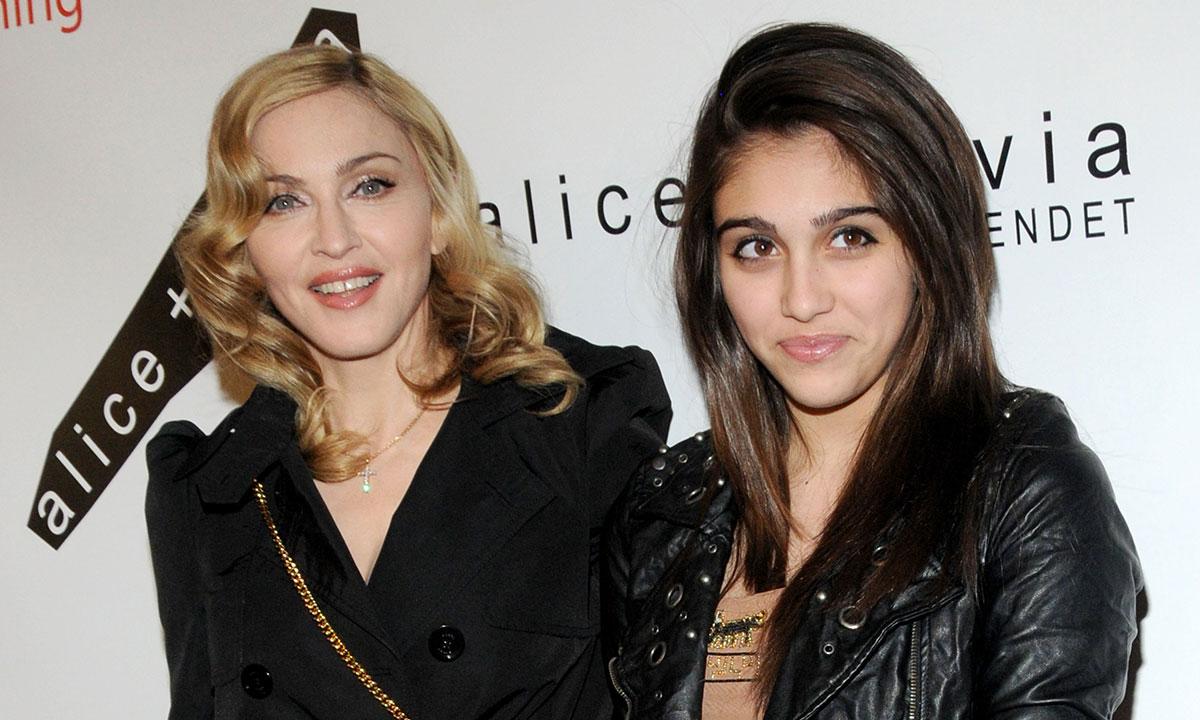 (Фото) Додека Лурдес во танга шета низ Мексико, мајка и Мадона сака да ја мажи