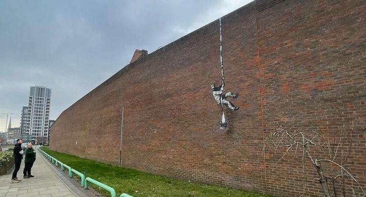 (Видео) Бенкси повторно провоцира: На ѕид од затвор наслика затвореник во бегство