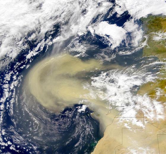 Дожд и ветер со пустински песок полн со радиоактивна прашина од Сахара стигна над Европа