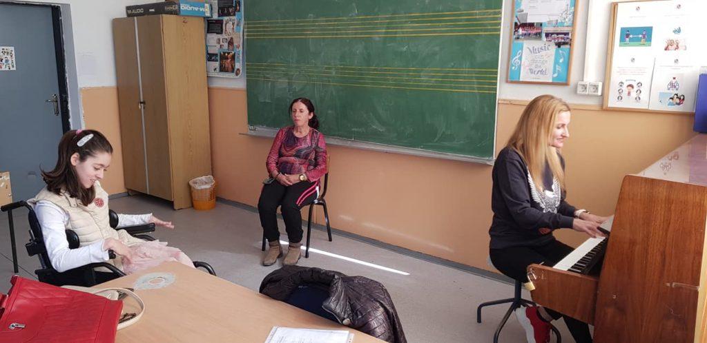 (Фото) Атиџе и Сузана распеани на час по музичко, медената шаманка се дружеше со учениците во школо