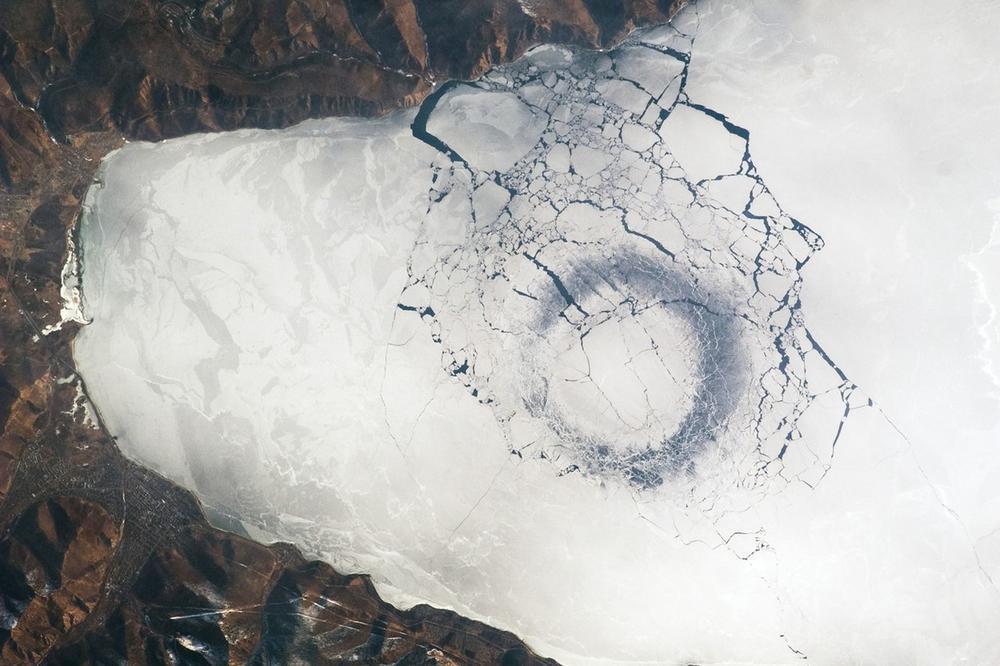 (Фото) Мистериозни траги сними сателитот на НАСА на Сибир, од агенцијата не знаат за што станува збор